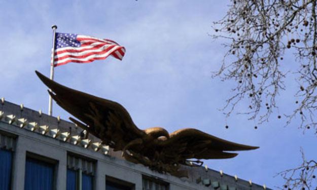 السفارة الأمريكية في القاهرة تعلق اعمالها بسبب تفاقم الاوضاع