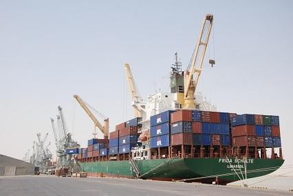 التجارة : وصول ثمان بواخر محملة بآلاف الأطنان من مواد الرز والحنطة والسكر لحساب البطاقة التموينية