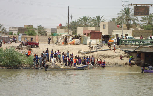 انقاذ اربعة اطفال من الغرق بعد رمتهم امهم في النهر