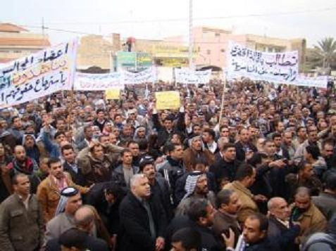 العشرات من موظفي وزارة التجارة في محافظة الديوانية يتظاهرون للمطالبة بتعديل رواتبهم