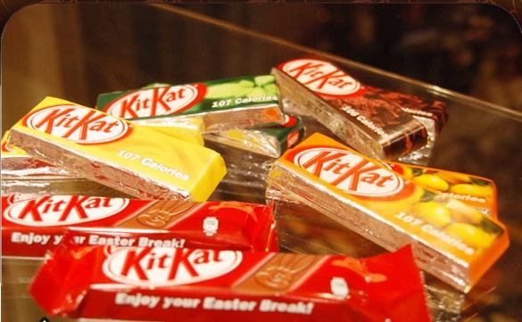 """نستله تسحب شوكولاتة """"كت كات"""" من الاسواق بعد أن عثر على قطع بلاستيكية داخلها"""