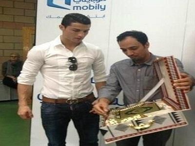 شركة اتصالات سعودية تهدي النجم كريستيانو رونالدو نسخة من القران الكريم