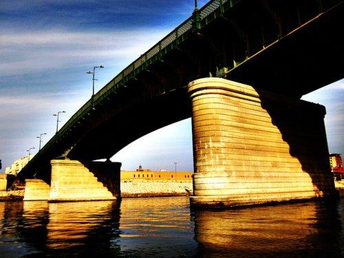 أنقاذ شابة من محاولة انتحار من فوق جسر الجمهورية وسط بغداد