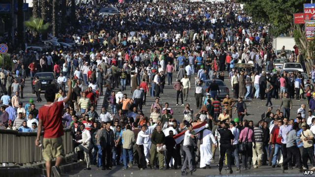 في القاهرة .. 82 جريحا يسقطون في اشتباكات بين مؤيدين ومعارضين لمرسي