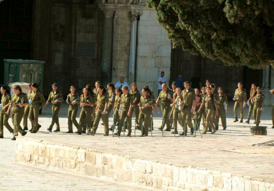 مجموعة من المجندات الاسرائيليات يقتحمن المسجد الأقصى تحت حماية الشرطة الإسرائيلية
