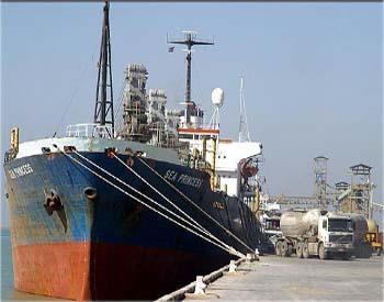 ميناء ام قصر يستقبل ثلاث بواخر محملة بالحاويات والانابيب النفطية