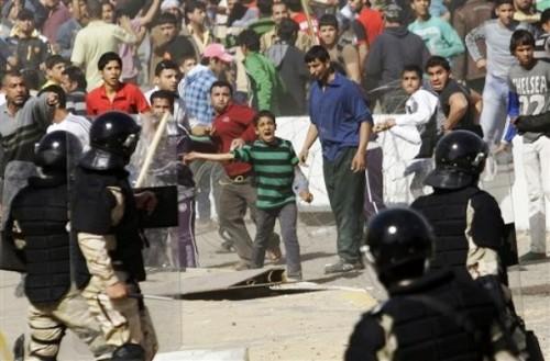 """المالكي """"يساند"""" المتظاهرين.. وقواته تغلق الطرق والجسور وتضرب وتعتقل المتظاهرين!"""