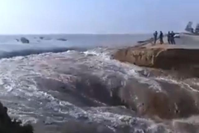 السيول القوية تجرف أحد الطرق الرئيسية في جنوب غرب العراق