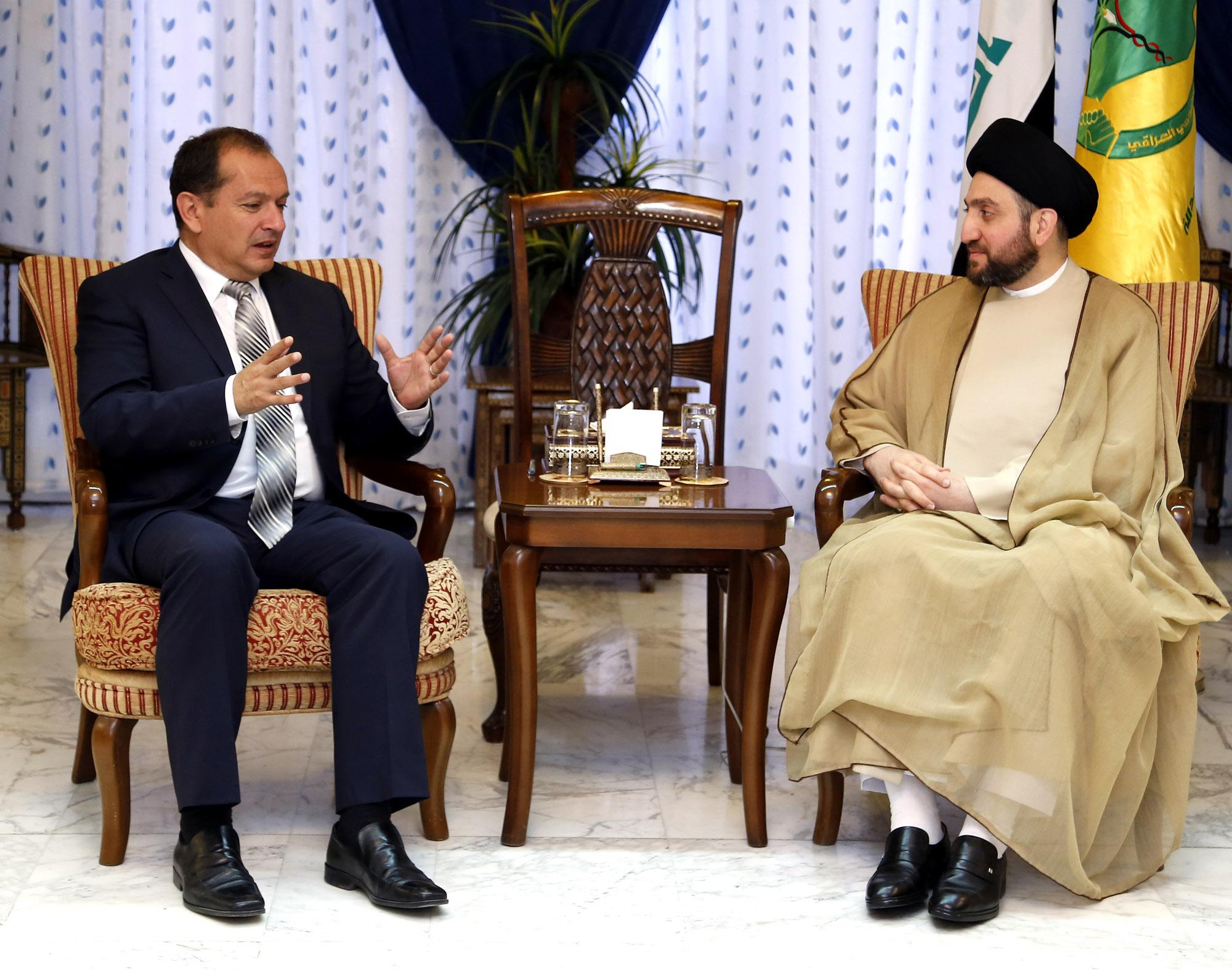 الحكيم والسفير البريطاني يبحثان العلاقات الثنائية بين البلدين