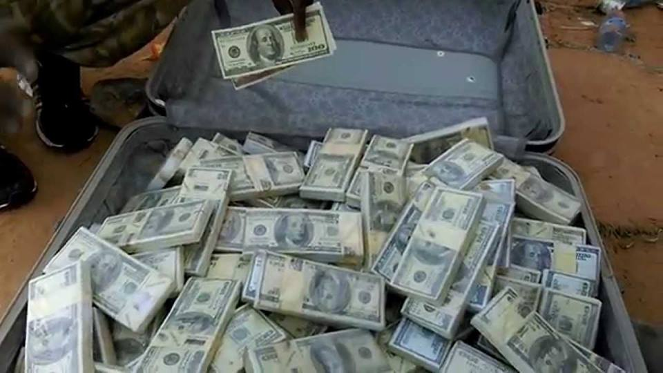الامن اللبناني يحتجز حقائب لمسؤول عراقي في داخلها ملايين الدولارات
