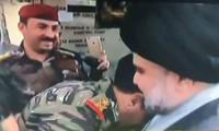 الفريق الركن محمد رضا يقبل يد الصدر لدخوله المنطقة الخضراء