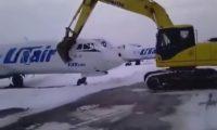 بالفيديو: عامل روسي حطم طائرة بعد طرده من العمل