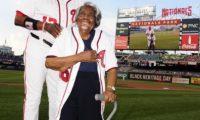 عمرها 107 أعوام تحضر لأول مرة مباراة بيسبول