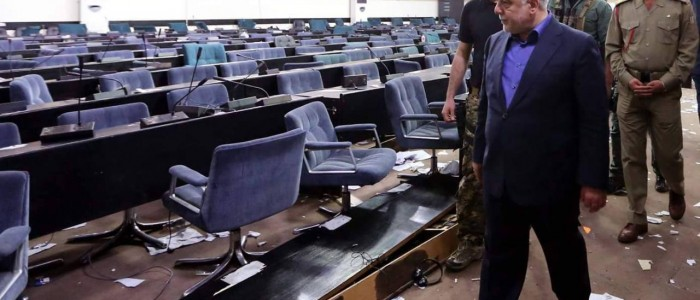 """بعد ان غادرها المتظاهرون ..العبادي """"يتفقد""""مبنى البرلمان"""