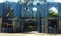 قرية في بنما مشيدة من القوارير البلاستيكية بالكامل!