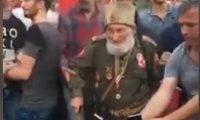 مسنّ تركي بزي الجيش العثماني يحتفل بدحر الانقلاب