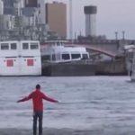 شاب فلسطيني يمشي فوق الماء