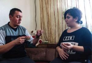 شرطي مقدوني يتزوج لاجئة كردية