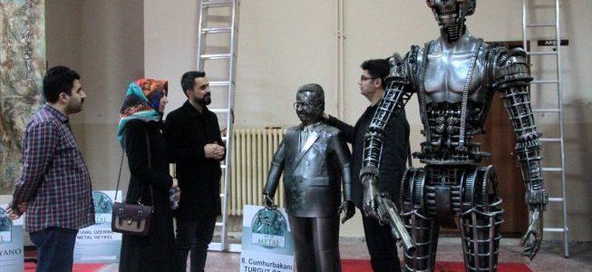 فنان تركي يصنع تماثيل من الخردة