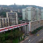 قطار في الصين يمر من الطابق الثامن لمبنى سكني