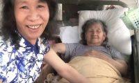 الصين..رجل يلبس ملابس النساء من أجل أمه