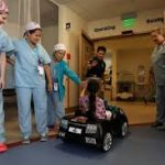 طريقة طريفة لرفع معنويات الأطفال قبل العملية