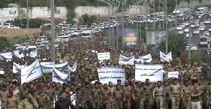 بدفع من حزبي بارزاني وطالباني المئات من البيشمركة يخرجون بتظاهرات ضد قرار البرلمان الاتحادي