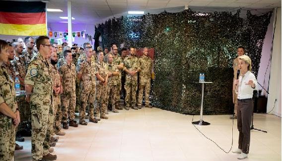 وزيرة الدفاع الالمانية من بغداد: قواتنا ستبقى في العراق إلى يوم الدين