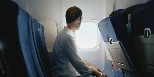 كيفية التخلص من الرائحة الكريهة الصادرة من راكب في الطائرة