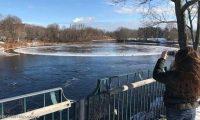 قرص ثلج عملاق في نهر يلفت أنظار العالم