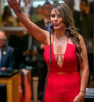 """نائبة برازيلية تؤدي القسم بلباس """"جريء"""""""