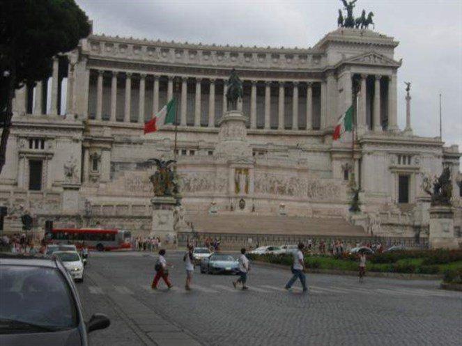 روما تفتح قصر حارقها