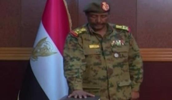 السودان..تعيين البرهان رئيساً للمجلس العسكري الانتقالي بعد تنازل بن عوف