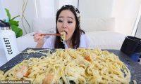 نساء يكسبن 10 آلاف دولار شهريا من الأكل