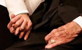 قصة وفاء بين الزوجين .. حين لحظة الوفاة