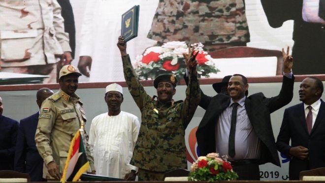 السودانيون يعبرون نحو الدولة المدنية بتوقيع اتفاق المرحلة الانتقالية