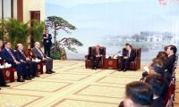 """عبد المهدي:حكومتي مصرة على تعزيز أفضل العلاقات مع الصين ويؤكد على """"إعجابه في السيارات الصينية""""!"""