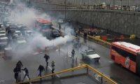 احتجاجات إيران تتسع ومتظاهرون يحرقون صور خامئني