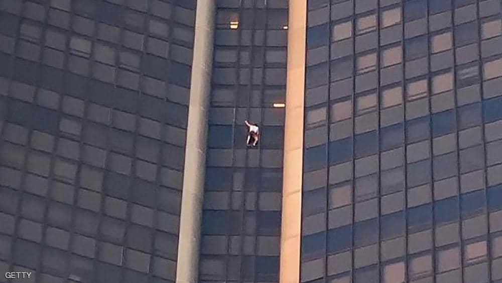 """""""سبايدرمان"""" يتسلق ناطحة سحاب بدون معدات أمان"""