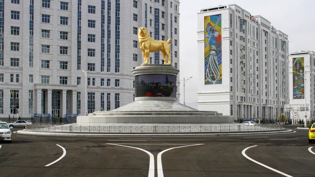 تثمينا لوفائه..تمثال لكلب من الذهب في تركمانستان