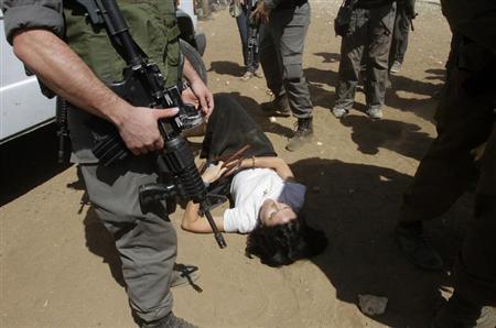 القوات الاسرائيلية تعتدي على دبلوماسيين أوروبيين