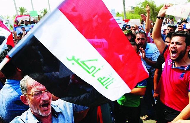 صحيفة فرنسية:في العراق طبقة سياسية فاسدة متنعمة وشعب يعيش وسط النفايات