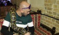 شاب عراقي يعيش بين الثعابين