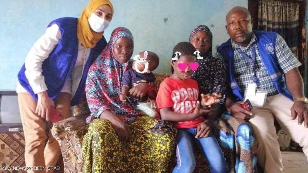 طفل سيراليوني يلتقي بعائلته بعد فراق 3 سنوات عاشها في تونس