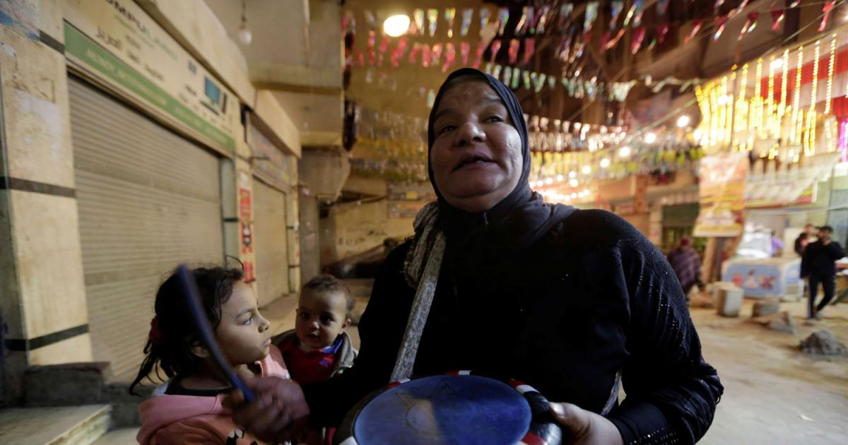 """""""مسحراتية"""" تحيي ليالي رمضان بطبلة أخيها المتوفى"""